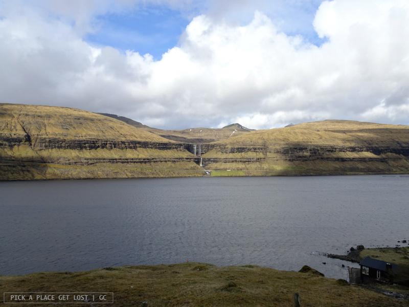 Isole Faroe. Strada per Gjógv. Cascata di Fossá