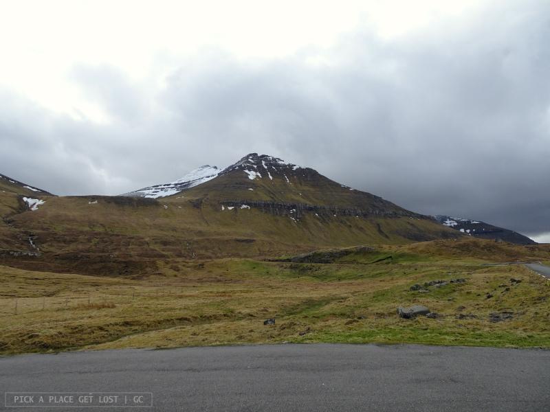 Isole Faroe. Strada per Gjógv. Slættaratindur